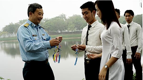 Quynh Xuyen在向學生介紹法輪大法。(Quynh Xuyen提供)