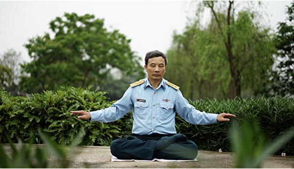 Quynh Xuyen在修煉法輪大法。(Quynh Xuyen提供)