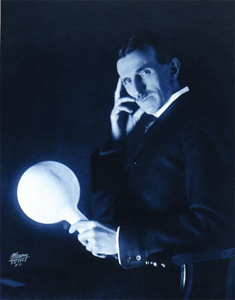 美国发明家特斯拉,手持通过电磁场点亮的电灯泡。(公有领域)