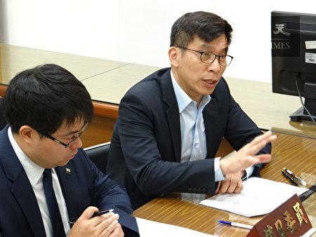 民进党立委钟佳滨(右)、律师黄帝颖(左)。