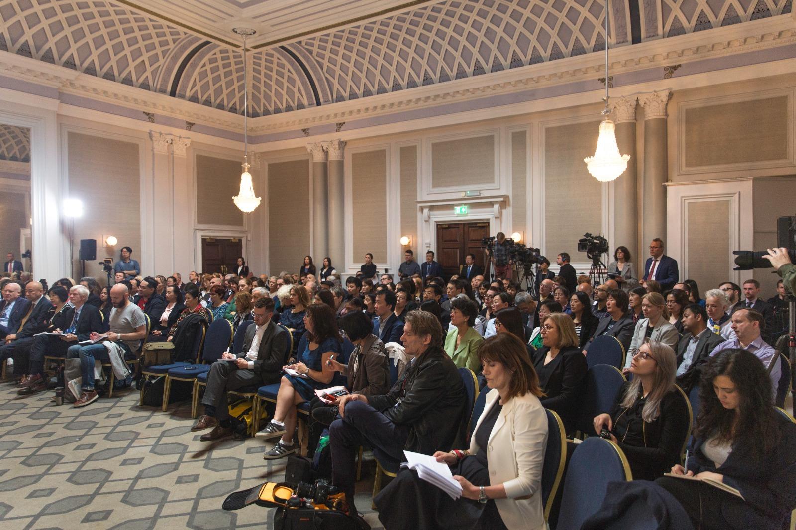 6月17日,人民法庭內聚集了大約200名旁聽的民眾。(冠奇/大紀元)