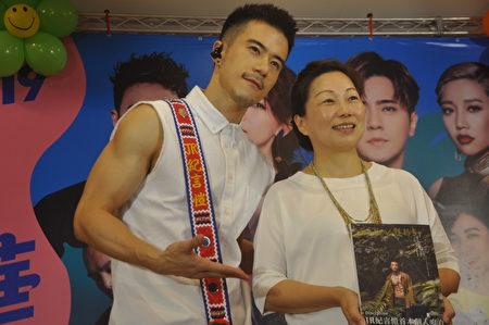 新手爸爸JR纪言恺(左)致赠个人写真集给县长徐榛蔚。