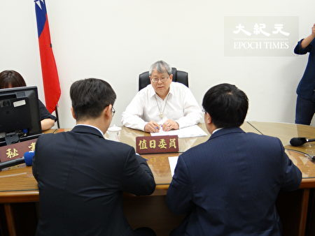 民进党立委钟佳滨(左)、律师黄帝颖(右),向监察委员陈师孟(中)陈情。