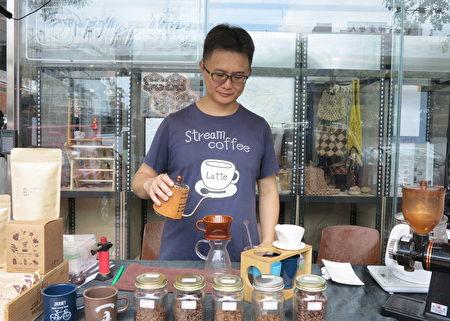 """""""手作创生联盟""""提供社区民众手作课程,咖啡老爹陆观伟指导手冲咖啡教学,和天然咖啡乳液DIY。"""