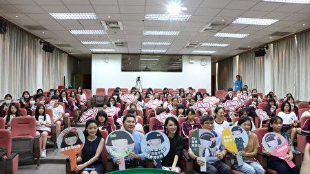 嘉义市政府卫生局在嘉义女中办活动持标语大合照。
