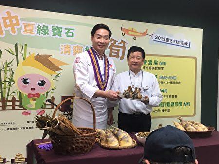 黃景龍主廚(左)以及北市產業局林崇傑局長(右)共同製作三鮮筍丁粽。