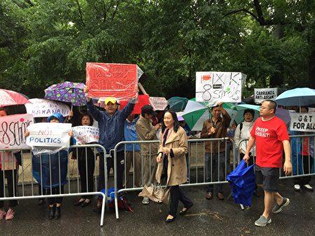 6月13日纽约一些亚裔家长冒雨在市长官邸外抗议取消特殊高中考试计划。中间为同源会主席陈慧华。