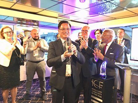 臺灣桃園市政府邱俊銘副秘書長代表領取紐約智慧社區論壇(ICF)頒贈2019年年度智慧社區首獎。
