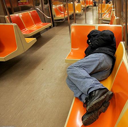 據《紐約郵報》報導,在白思豪執政期間,遊民數量飆升, 花納稅人的錢也隨之高漲,是2013年的三倍。圖為地鐵遊民。