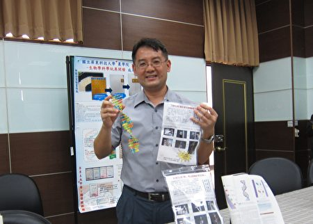 屏东科大生物科技系副教授颜嘉宏,开发各式生物学科学玩具,透过模型着色、动画贴纸、卡牌游戏、生活用具等方式,启发学生自学生物学相关知识。