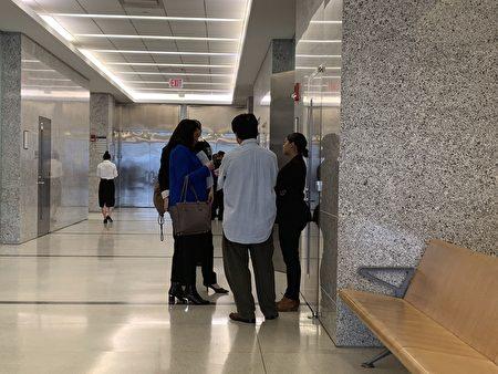 楊麗的部分親友與社工在庭外討論。