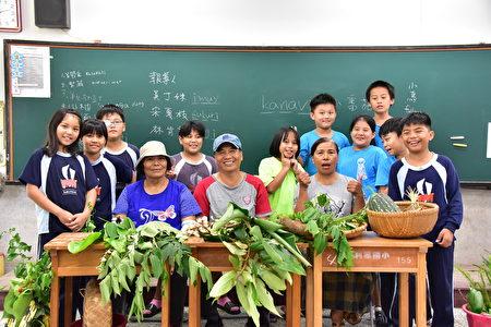 利嘉部落中生代带学生认识植物。