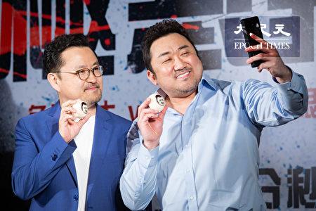 韓國男星「地表最強大叔」馬東石(右)18日與導演李元泰(左)一起登台宣傳新片,現場品嘗台灣小吃,直呼愛甜點。