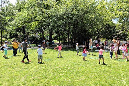 大人和小朋友们在植物园自然放松的环境里,通过游戏、娱乐、舞蹈、户外活动等方式,了解健康保健、营养和如何安全地运动等知识。