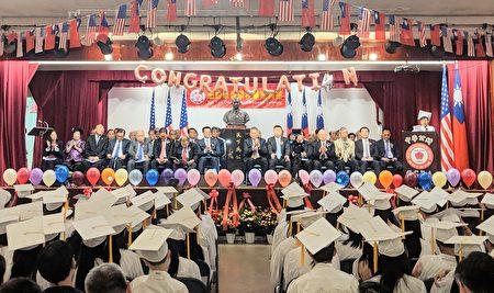 貴賓們為全體畢業生拍手祝賀,邁向人生新的里程碑。