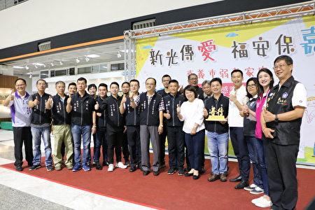 福安王爷慈善会会员与市长黄敏惠、社会处长林家纬(左)及议员合照。