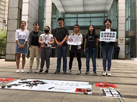 銅鑼灣書店創辦人林榮基、時代力量台北市議員林亮君、台灣基進與台大學生會等單位也出席聲援反對修訂《逃犯條例》。(莊麗存/大紀元)