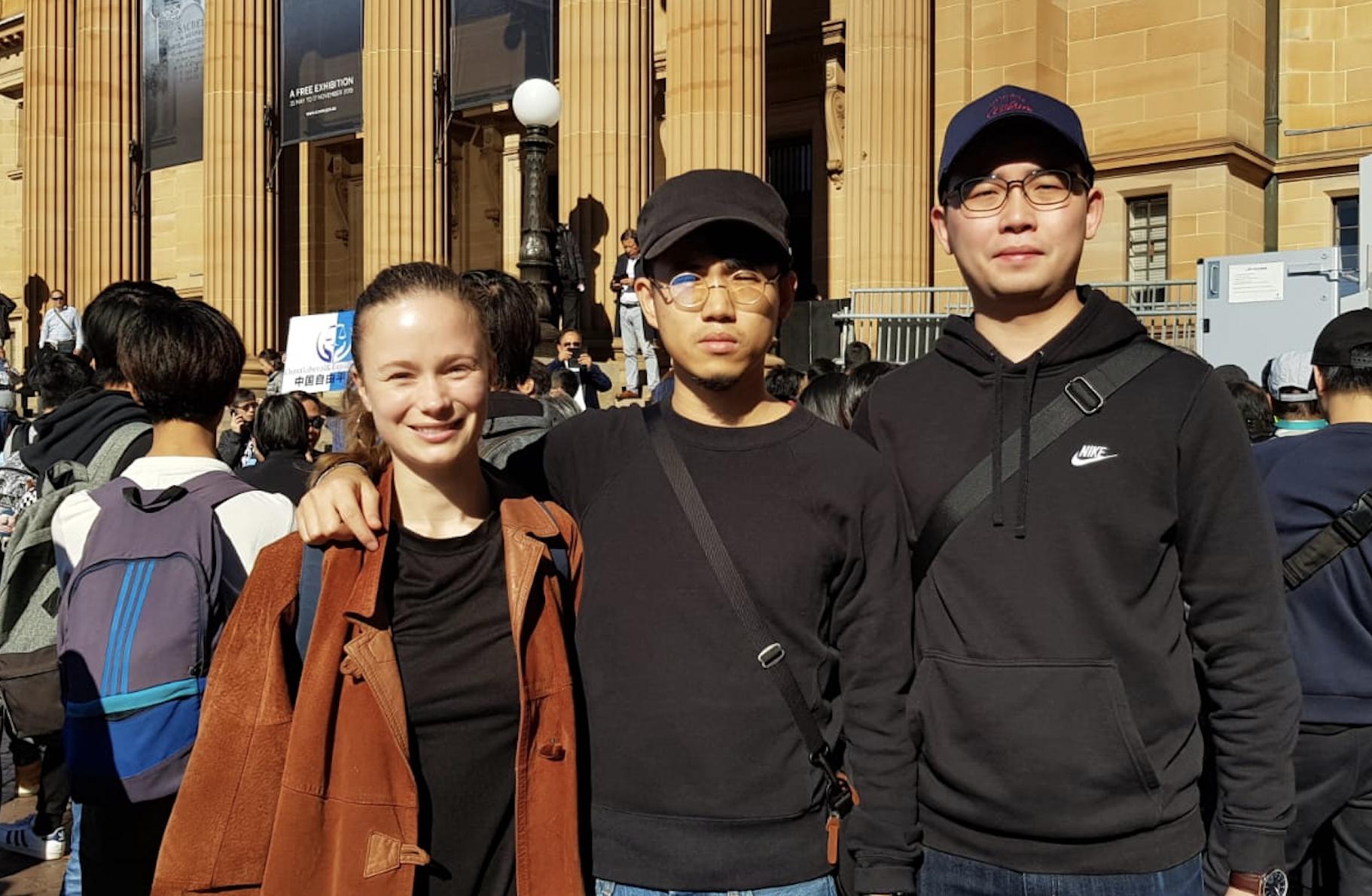 澳洲讀博士的港人戴潤(Dren)(中)和同學到現場聲援。(駱亞/大紀元)