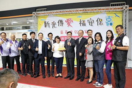 新光人寿慈善基金会会员与市长黄敏惠、秘书长陈永丰(左2)、社会处长林家纬(左)及议员合照。
