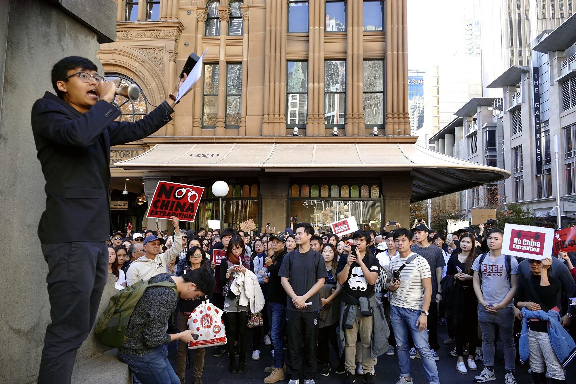 悉尼維多利亞女王大廈再度演講集會。(安平雅/大紀元)