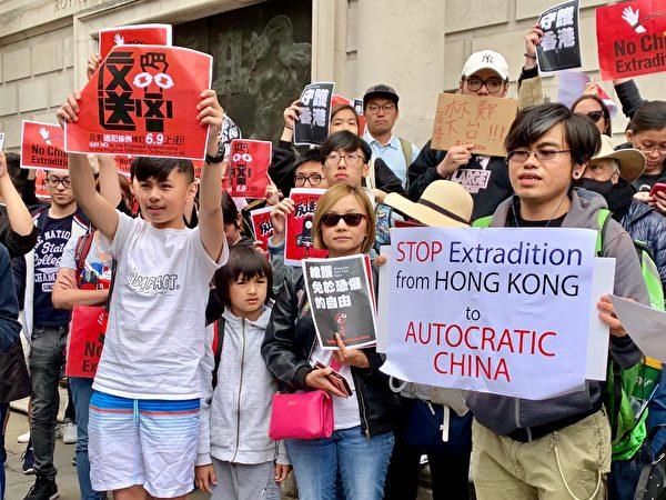 6月9日,不少香港父母帶著孩子參加了反對惡法的遊行。(唐詩韻/大紀元)