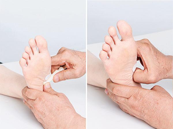 胰脏反射区,按摩棒顺肌肉纹理由下而上推,反应物较硬时用拇指扣压。(商周出版提供)