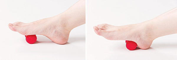 用按摩球按摩腳底肝膽反射區。(商周出版提供)