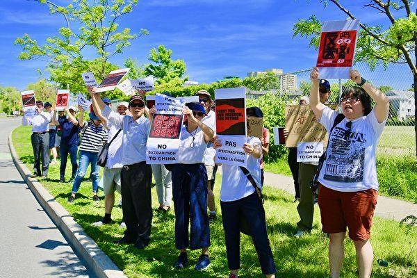 6月9日下午兩點,在加拿大首都渥太華,來自香港的加拿大人或港人家屬在中共駐加使館前抗議引渡惡法,支持香港大遊行。(任僑生/大紀元)