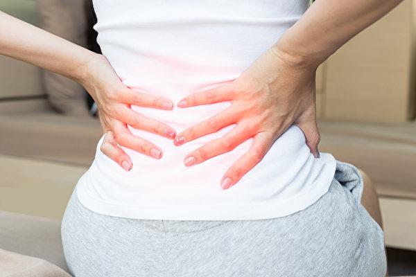 只要改变一下坐姿和工作环境,就能改善筋膜炎、缓解疼痛。(Shutterstock)