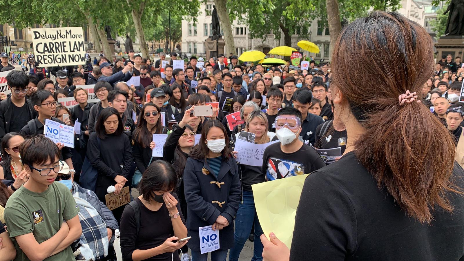一位剛到倫敦的香港媽媽下飛機後即時趕來,她憶述了6月12日於金鐘的情況,在場不少港人也不禁哭起來。(唐詩韻/大紀元)