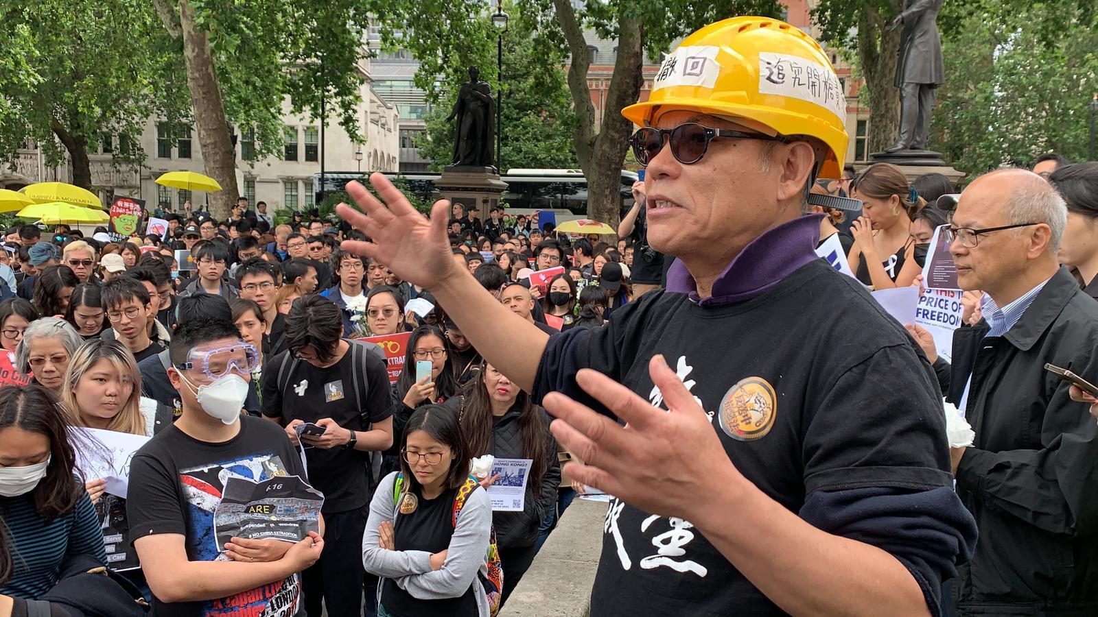 6月16日,英國MBE勳章得主、現任依士靈頓華人協會主席的吳呂南博士(Stephen Ng) 到現場支持集會。(唐詩韻/大紀元)