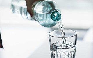 維多利亞大學的一項最新研究估計,普通人平均每年會通過飲食攝入70,000-121,000顆「微型塑料」(microplastic),而對於經常喝瓶裝水的人而言,這一數據可進一步上升100,000顆。(Pixabay)