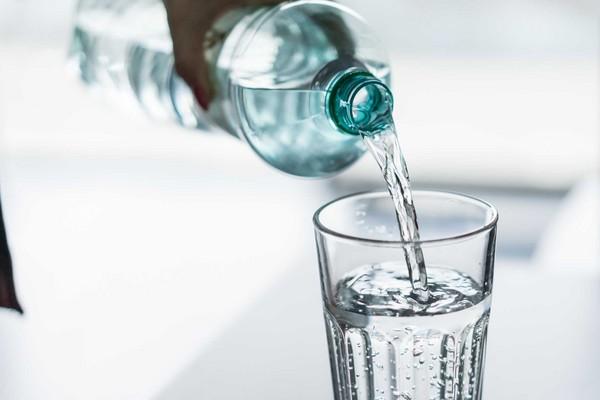 """维多利亚大学的一项最新研究估计,普通人平均每年会通过饮食摄入70,000-121,000颗""""微型塑料""""(microplastic),而对于经常喝瓶装水的人而言,这一数据可进一步上升100,000颗。(Pixabay)"""