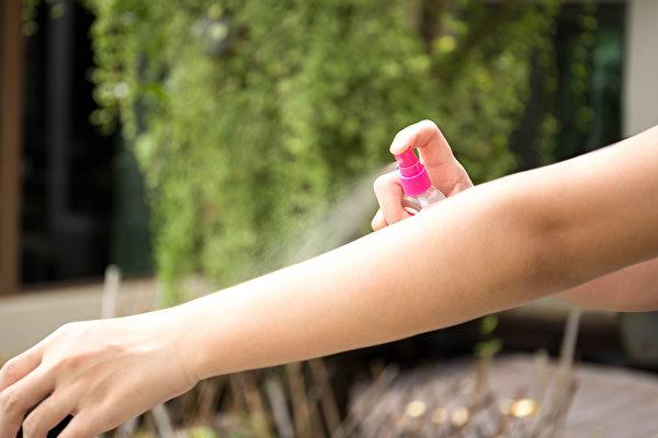 防蚊液主要成分是DEET (适避、避蚊胺),是相对安全、效果持久的防蚊成分。(Shutterstock)