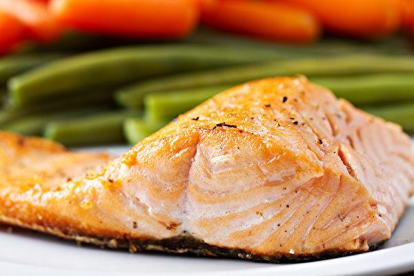 高脂魚類是Omega-3脂肪酸的絕佳來源,有助改善視力、抗發炎。(Shutterstock)