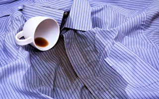 衣服沾到咖啡、茶或果汁,應該如何清洗去污漬?(Shutterstock)