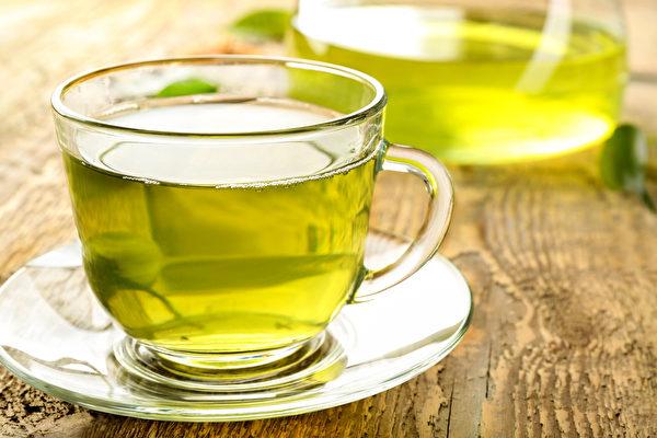 绿茶可以让体表清凉下来,帮气壮血旺体质的人避免蚊子叮咬。(Shutterstock)