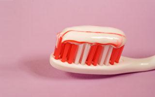 刷牙流血,其實常常是牙周病已在悄然的進行中了。(Shutterstock)
