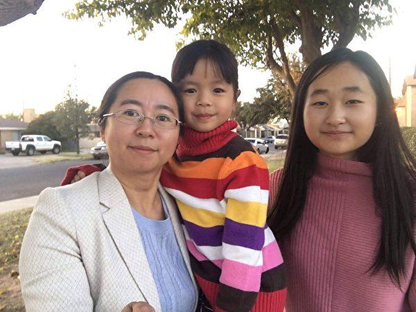 謝陽太太陳桂秋與女兒在美國。(謝陽提供)