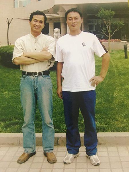 「709」律師謝燕益(左)和哥哥謝維合照。(謝維提供)