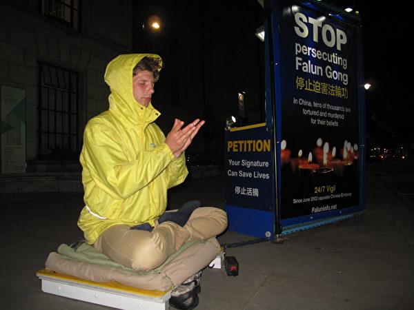2018年6月12日8時至11時,法輪功學員羅斯・羅斯蒂斯瓦(Rose Rostislvas)在倫敦中使館前和平抗議。(唐文舒/大紀元)