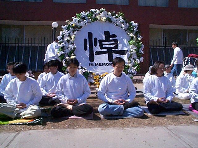 2001年4月5日,120多名法輪功學員來到多倫多中領館前,他們身著白衣,靜靜打坐。(明慧網)