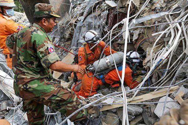 圖為柬埔寨大樓倒塌,救援人員在尋找被困在倒塌建築中的受害者。(SUN RETHY Kun / AFP)