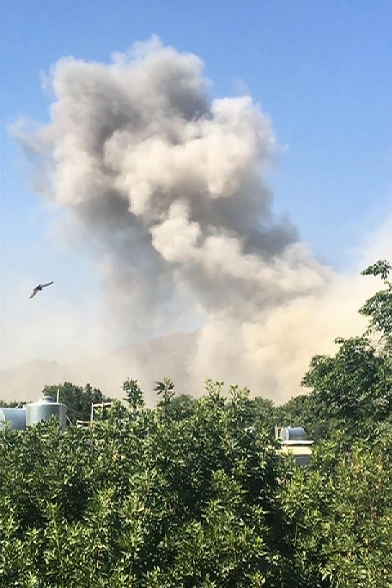 阿富汗首都喀布爾(Kabul)市中心區域7月1日發生一起大爆炸,據報事發地點就在外交使館區美國大使館附近,現場濃煙滾滾。 (Photo by Rateb NOORI / AFP)