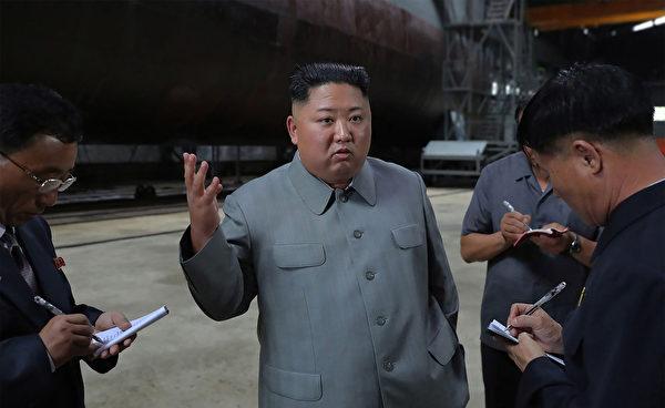 金正恩視察一艘北韓潛艇。(Photo by KCNA VIA KNS/KCNA VIA KNS/AFP)