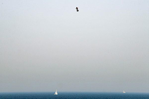 法國「飛人」飛越英吉利海峽 中途不幸落水