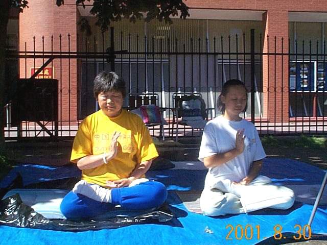 2001年8月1日,多倫多法輪功學員李翩翩與小弟子葉謹在中領館前靜坐抗議。(明慧網)