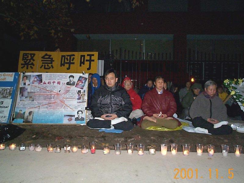 多倫多法輪功學員在中領館前和平靜坐請願。(明慧網)