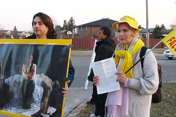 康妮(右)是在一次健康展覽會獲得了一份傳單,從此開始修煉法輪功。(明慧網)
