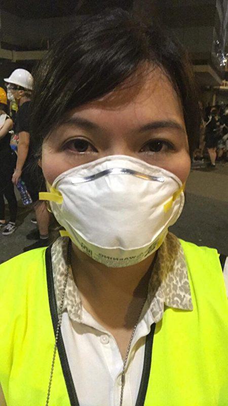 《大紀元時報》及新唐人電視台在香港反送中報道上異軍突起,備受市民好評。圖為新唐人記者7月1日在香港做採訪報道。(大紀元)